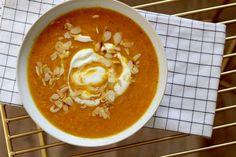 pompoensoep met wortel en kokosmelk. Supersnel te maken en ontzettend lekker. Schil de pompoen en snijd het vruchtvlees in blokjes (tegenwoordig kun je bij veel supermarkten dit al kant-en-klaar kopen, scheelt tijd!). Doe hetzelfde met de wortel, zorg dat de stukjes pompoen en wortel ongeveer even groot zijn, dan gaart …