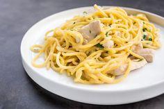 Špagety Ambiente vzniklyuž před dvaceti lety v prvním podnikuAmbiente Living Restaurant v Mánesově ulici. Patří knejoblíbenějším položkám na menu, a tak se vaří ve všech restauracích Ambiente sitalskou kuchyní dodnes. Recept na ně prozradil šéfkuchař Pizzy Nuova Radek Pecko.