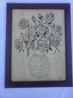 Arranjo floral pirografado em pinho com moldura (30 x 50 cm)