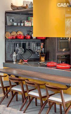 """As escolhas de CASA CLAUDIA na Casa Cor Rio ob medida para um chef se esbaldar, o ambiente assinado pelo arquiteto Chicô Gouvêa integra cozinha (Todeschini) e estar e vai funcionar de verdade, como um estúdio gourmet. """"Usei aramados práticos, que deixam os utensílios à mostra"""", diz. Apaixonado por tons vibrantes, Chicô escolheu uma nuance de fruta – o cajá – para a laca que cobre a coifa e a bancada."""