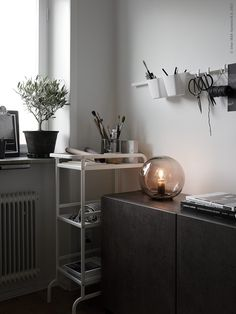 I like this small office look styled by Pella Hedeby for Ikea Livet Hemma. The space is used in an optimal way, without being cluttered and I like the creative vibe that is coming off these pictures. Photographed by Kristofer Johnsson Ikea Fado, Ikea Home Office, Hacks Ikea, Workspace Design, Interior Decorating, Interior Design, Diy Design, Office Makeover, Small Office