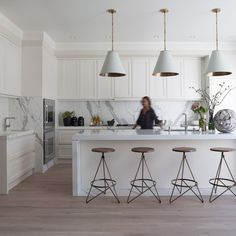 An all white kitchen, kept even more minimal by the exclusion of hardware. Interior design by Green Couch. House Design, Interior, Kitchen Remodel, Modern Kitchen, Contemporary Kitchen, Hamptons Kitchen, Home Kitchens, Kitchen Renovation, Kitchen Design