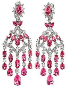 Harry Winston,. Paire de pendants d'oreille en chandelier ornés de 36 tourmalines roses taillées en poire et en marquise et de 97 diamants ronds, brillantés et taillés en poire.