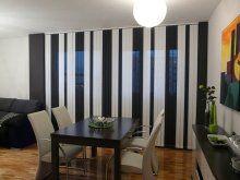 Cortinas verticales combinación de lamas blancas y negras. Window Dressings, Window Coverings, Blinds, Divider, Shades, Windows, Curtains, Room, Furniture