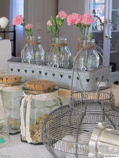 maalaisromanttinen,keittiö,maalaisromanttinen sisustus,keittiön sisustus,keittiön pikkutavarat,yksityiskohtia,lasipurkki Summer Cabins, Country Style, Country Life, Glass Vase, Interior Decorating, Sweet Home, Shabby Chic, Home And Garden, Cottage