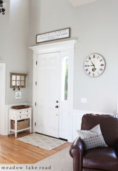 Decorating an entry with neutrals and rustic elements | www.meadowlakeroad.com