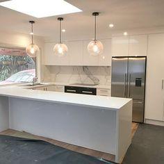 QuantumSix+ Statuario splashback with Caesar stone 'Snow' Benchtop! #polished #splashback #benchtop #porcelain #stone #wfe #interiordesign #heartofthehome #kitchen #marblelook #Modern #veins