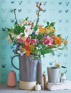 Winterstrauß aus Christrosen, Tulpen und Quittenzweigen