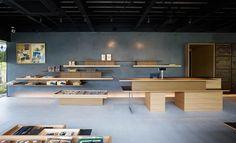 丸山海苔店 Japanese Modern, Japanese Design, Modern Interior Design, Interior Architecture, Counter Design, Store Interiors, Cafe Shop, Cabinet Design, Display Shelves