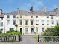 £122.43 Located 3.3 km from Beaumaris Castle and 3.9 km from Castell Aberlleiniog, Bank House offers pet-friendly accommodation in Beaumaris.