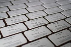 Несмотря минималистичность и простоту макета, сложные для печати тонкие линии, толщиной всего 0.3 мм и мелкий шрифт с засечками 6 пункта в результате напечатаны отлично.  Двусторонняя визитная карточка 600г. в 2 цвета, немецкая хлопковая бумага 300 + 300, скругление углов.  #ручнаяработа #визитка #визитнаякарточка #высокаяпечать #печать #рельеф #кашировка #давление #тиснение #дизайн #москва #блинт #6hands #letterpress #business #card #craft #moscow #design #custom