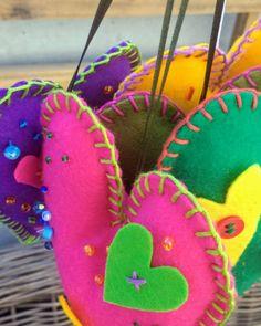 El mágico mundo del color!!! @chicocadeco #bordados #hechoamano #fieltro #corazon #pañolensi #colores Christmas Ornaments, Holiday Decor, Crochet, Home Decor, Saints, World, Pillows, Valentines, Pendants