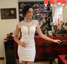 vestido branco com renda nos ombros, super chic para ocasiões especiais e para festas de fim de ano