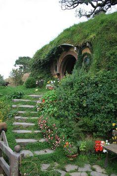 Bag End, Hobbiton hobbits house Casa Dos Hobbits, Fairytale Cottage, Underground Homes, Earth Homes, Earthship, Fairy Houses, Cob Houses, The Hobbit, Beautiful Places