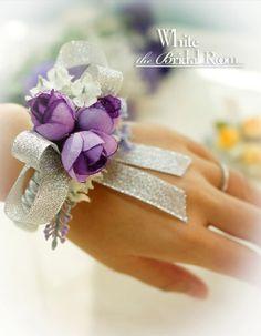 He encontrado este interesante anuncio de Etsy en https://www.etsy.com/es/listing/167434358/wedding-wrist-corsage-bridal-bridesmaid