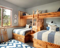 Agréable chambre aux lits superposés fabriqués en bois brut pour quatre enfants