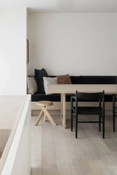 DRD Apartment by Vincent Van Duysen – Ode to Things Banquette Dining, Dining Nook, Home Interior Design, Interior Styling, Vincent Van Duysen, Home And Living, Living Room, Dining Room Inspiration, House Rooms