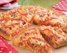 Kiwi favourites –Pizza and Wattie's Spaghetti! Put them together topped with pineapple pieces and the kids will love you. Great for a weekend lunch or casual dinner. Food In A Minute, Spaghetti Pizza, Favourite Pizza, Casual Dinner, Hawaiian Pizza, Dinner Tonight, Tray Bakes, Food To Make, Cooking Recipes