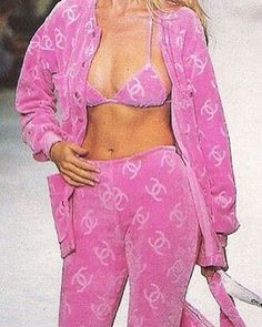 I have always enjoyed the matching velour tracksuit look, I love how this specific look includes the bikini top Look Fashion, 90s Fashion, Runway Fashion, High Fashion, Fashion Show, Fashion Outfits, Vintage Fashion 90s, Hollywood Fashion, Pink Aesthetic