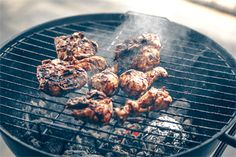 How to braai chicken The all-you-need cheat sheet Chicken Wings Image, Sticky Chicken Wings, Raw Chicken, Butter Chicken, How To Cook Chicken, Spatchcock Chicken, Venison, Cooking Time, Guy