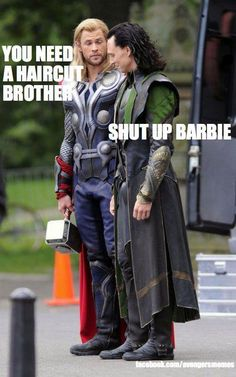 Tom Hiddleston and Chris Hemsworth / Thor and Loki in The Avengers behind the scenes. Funny Marvel Memes, Marvel Jokes, Dc Memes, Marvel Films, Avengers Memes, Marvel Dc Comics, Marvel Characters, The Avengers, Avengers 2012