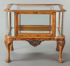 AN ENGLISH CHIPPENDALE-STYLE BURLWOOD, MAHOGANY AND GLASS VITRINE TABLE. First quarter 20th century.