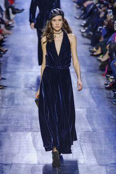 62f1c493d4aa Il vestito lungo di velluto blu - ELLE.it