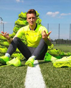 In recognition of the masterful players who take the risk on pitch, who believe in their own abilities and go beyond the conventional, PUMA Football launches the RUSH football boot pack. Art Mann, Soccer Boots, Soccer Cleats, Dfb Team, Antoine Griezmann, The One, Curly Bob, Flow, Soccer