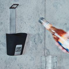 Johnny Catch Flaschenöffner mit Auffangbecher | design3000.de