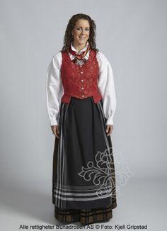 Troms damebunad m/rødt liv, forkle, brodert skjorte og silkeskjerf.