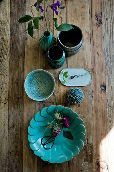 I November inspireras vi av keramik lika mörk och dramatisk som den svarta vinternatten. Vi mixar vintagefynd med våra favoritkeramiker Anna, Kajsa och Elin. Citruspress och små knottriga skålar av Anna Wadle från Le Kiosk. Svart, rund assiett och stor svart tallrik av Kajsa Cramér. Övrig keramik av Elin Lannsjö. Stort fat med assiett, Kajsa …