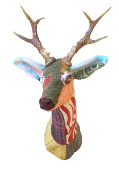 DIY Fabric Dr Head: free pattern Make an adorable fabric deer head (or Rudolph) with this free pattern and tutorial. Textile Sculpture, Art Textile, Soft Sculpture, Crochet Taxidermy, Faux Taxidermy, Paper Mache Animals, Fabric Animals, Stag Head, Deer Heads