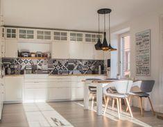 Výrazným dekoratívnym prvkom sú moderné lampy, ktoré dopĺňajú interiér kuchyne. #rodinnydom #dom #byvanie #interier #dizajninterieru #modernebyvanie #svojpomocne #modernydizajn #svetlyinterier #ytong #stavebnymaterial #provence #vidieckystyl #doplnky #kuchyna Table, Furniture, Design, Home Decor, Decoration Home, Room Decor, Tables, Home Furnishings