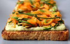 Bruschetta di pane con zucchine e carote