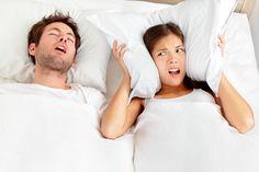 Les ronflements vous empêchent de dormir ? 60 % des hommes de plus de 40 ans ronflent ! Les femmes ont parfois du mal à avoir un sommeil réparateur à causes des ronflements de leur conjoint. Comment passer enfin de bonnes nuits ? Quelles sont les astuces pour diminuer les ronflements ? Découvrez les méthodes et solutions contre les ronflements.