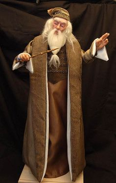 Albus Dumbledore/// Artist: Daniel Horne Professor Albus Dumbledore from the Harry Potter series by J. Harry Potter Dolls, Harry Potter Miniatures, Harry Potter Love, Ooak Dolls, Art Dolls, Barbie Dolls, Barbie Celebrity, Albus Dumbledore, Polymer Clay Dolls