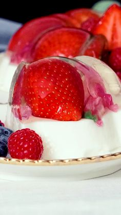 Looking for a quick and easy Summer dessert recipe? Try out delicious No Bake Summer Berry Icebox Cake ! Fancy Desserts, Delicious Desserts, Yummy Food, Strawberry Panna Cotta, Strawberry Mousse, Raspberry Chocolate, Strawberry Shortcake, Summer Dessert Recipes, Recipes Dinner
