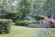 tuin tuinontwerp tuinarchitect hovenier hoveniersbedrijf tuinaanleg beplanting beplantingsplan onderhoud tuinen met vijver ronde haag border vaste planten