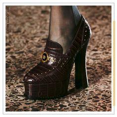 Se tem uma década que sempre vai permear as coleções internacionais é a da dos anos 80. Modelagens amplas, exageros nos acessórios, referências ao universo punk, cores primárias e por aí vai. Quem embarcou na tendência é a Versace em seu desfile na Semana de Moda de Milão, com este sapato de plataforma cheio de detalhes em metal. Vai encarar? Men Dress, Dress Shoes, Versace, Oxford Shoes, Punk, Fashion, Metal Accents, Primary Colors, Anos 80
