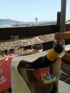 Compartiendo un gran vino,  un Enrique Mendoza,  en buena compañía y con unas vistas inmejorables. Que más se puede pedir!