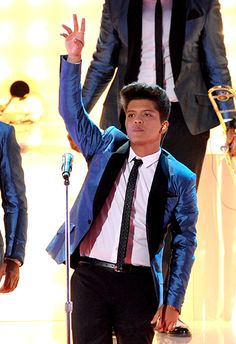 "Bruno Mars Sings ""Valerie"" as a tribute to Amy Winehouse at 2011 VMAs. One of my favorite performances from anyone!♥"