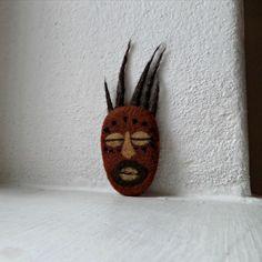 Africká maska-brož z ovčího rouna