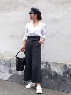 おはようございます✨ リネンのシャツにハイウエストパンツで 白×ネイビー かごバッグは黒でした💦