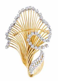 f86c35cf32 Melltű 14 K arany, dekoratív stilizált virág forma, peremén karmos  foglalatban 39 briliáns cca. 2,0 ct, további 23 briliáns cca. 0,70 ct  ékítéssel, ...