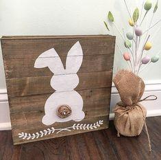 Denke Frühling! Diese Hasen handgemalt auf ein Zeichen von zurückgefordert Holzbohle sorgt für die perfekte Dekoration für Ostern und Frühling. Rustikal, einfach und niedlich! Jedes Zeichen ist einzigartig aufgrund der natürlichen Variation der Maserung und Knoten im Holz.