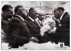 Müdür Fazlı Turga,Atatürk'e pamuk konusunda bilgi verirken.