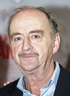 Kees Hulst 05-06-1952  Nederlands acteur en toneelregisseur. In 2008 ontving Hulst de Johan Kaart Prijs voor zijn rol in het stuk Wuivend Graan van Wim T. Schippers. In 2010 won hij de Louis d'Or, de belangrijkste toneelprijs voor de beste mannelijke hoofdrol, voor zijn rol van Jörgen Hofmeester in Tirza van het Nationale Toneel naar de roman van Arnon Grunberg.  https://youtu.be/FpGedPgHp9g
