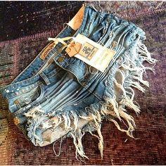 Usariam essa saia bem destruída da @johnjohndenim ?