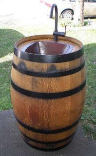 Lavabo montado con un viejo barril.