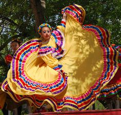images of mexican dancers Carnival Dancers, Flamenco Dancers, Traditional Mexican Dress, Traditional Dresses, Folklorico Dresses, Pretty Quinceanera Dresses, Costumes Around The World, Mexican Heritage, Mexican Fashion